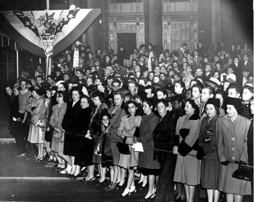 Crowds gather on Peachtree Street for the premiere of Gone with the Wind